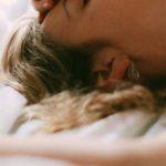 Schlafen ohne Kopfkissen: Vorteile und Nachteile